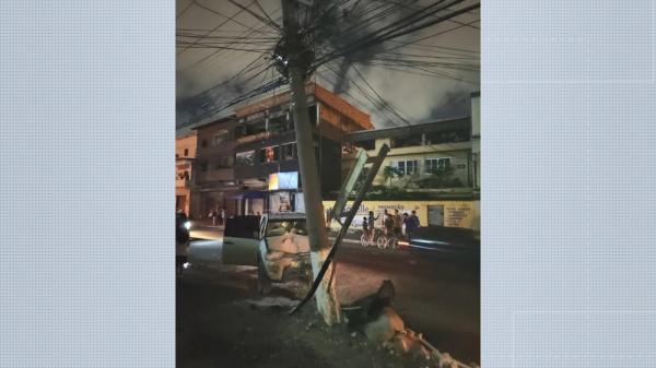 Criminosos roubam carro, batem em poste e deixam bairro sem energia, em Vila Velha, ES
