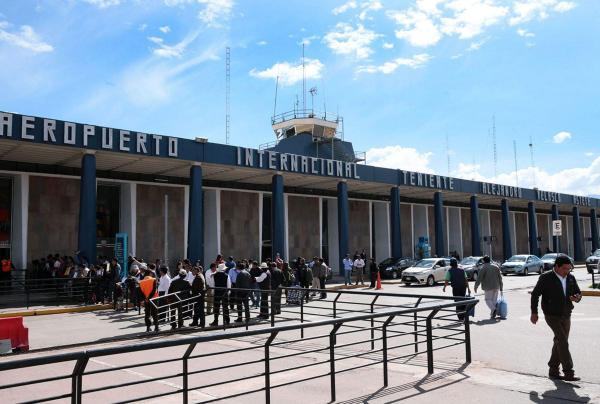 Grupo de brasileiros, incluindo casal capixaba, está preso em aeroporto do Peru