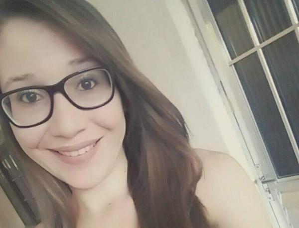 Jovem é morta pelo ex-namorado e filho do casal, de 1 e 8 meses, fica sentado ao lado do corpo da mãe