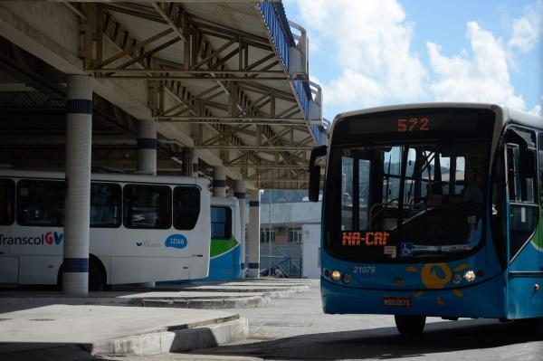 Jovem usa mochila como escudo e consegue escapar de ser esfaqueado dentro ônibus em Vitória