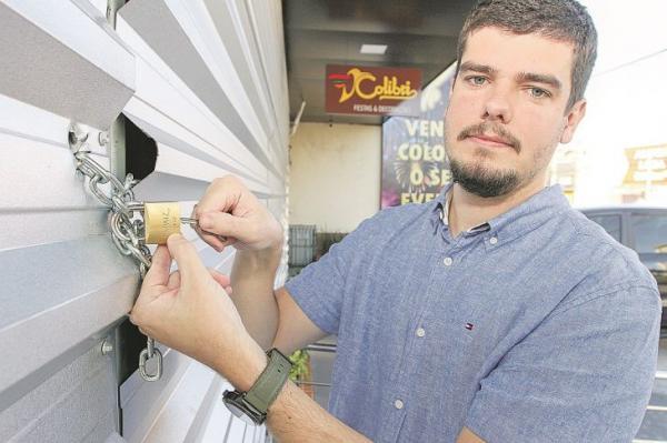 Comerciantes cercam lojas para evitar saques