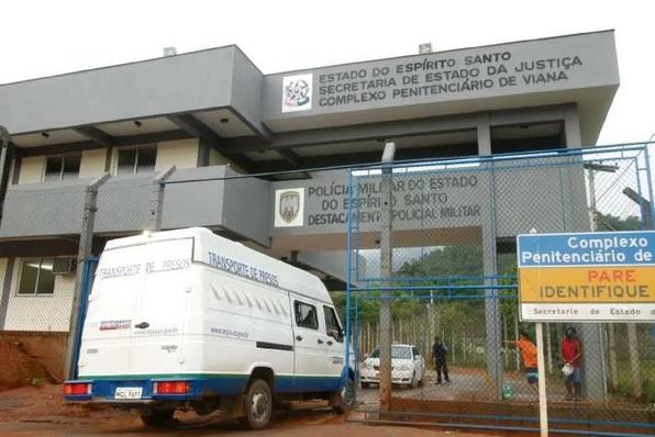 Inspetor é preso por deixar entrar drogas e celulares em presídio no ES