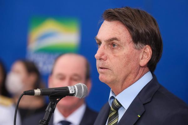 Bolsonaro sanciona auxílio emergencial de R$ 600 e abre crédito de R$ 98 bilhões