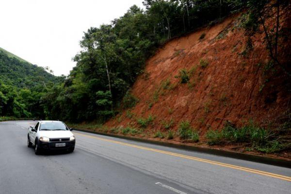 Barreira cai e interdita o acostamento da BR 262, em Domingos Martins