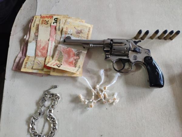 Jovem é detido com crack e arma de fogo durante ação integrada em Atílio Vivácqua