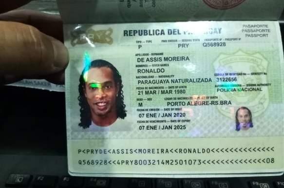 Ronaldinho Gaúcho foi preso em Assunção, no Paraguai, portando suposto passaporte falso